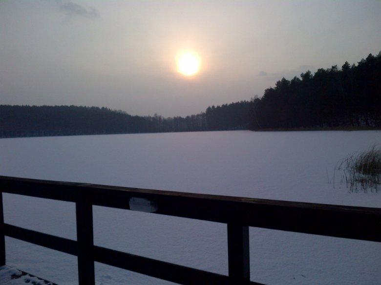 Zamarznięte jezioro