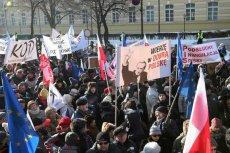 Mężczyzna, który kopnął działaczkę KOD podczas wiecu Beaty Szydło, nie poniesie kary.