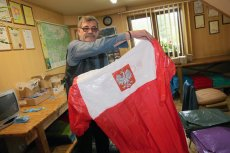 Ludwik Dziedzic z Zakopanego, producent patriotycznych peleryn, robi zapasy na przyszły rok. Wszystko co miał, sprzedał po tym, jak reklamę jego produktom zrobił prezes Jarosław Kaczyński.