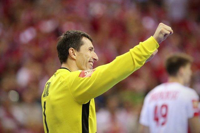Sławomir Szmal w geście triumfu po meczu Polska-Białoruś.