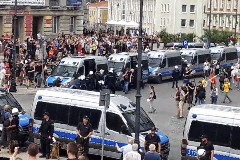 Kibole zaatakowali uczestników marszu równości w Białymstoku.