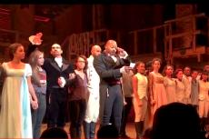 """Obsada sztuki """"Hamilton"""" wystosowała apel do Mike'a Pence'a. Wcześniej wiceprezydent został wygwizdany pod teatrem."""