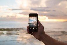 Odłóż telefon i wyloguj się z mediów społecznościowym. JOMO namawia do cieszenia się chwilą, bez ciągłego zaglądania do smartphone'ów