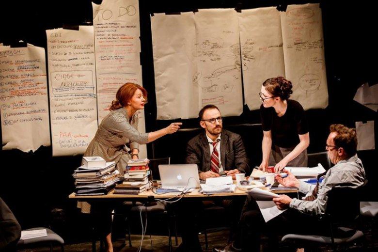 """Teatr Powszechny, """"Sprawiedliwość"""" w reżyserii Michała Zadary. Na zdjęciu od lewej: Ewa Skibińska, Wiktor Loga-Skarczewski, Barbara Wysocka, Arkadiusz Brykalski"""