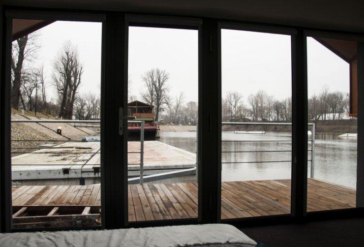 Widok z łóżka w domu na barce. Jeśli komuś się nie podoba... Wystarczy przestawić barkę w inne miejsce.