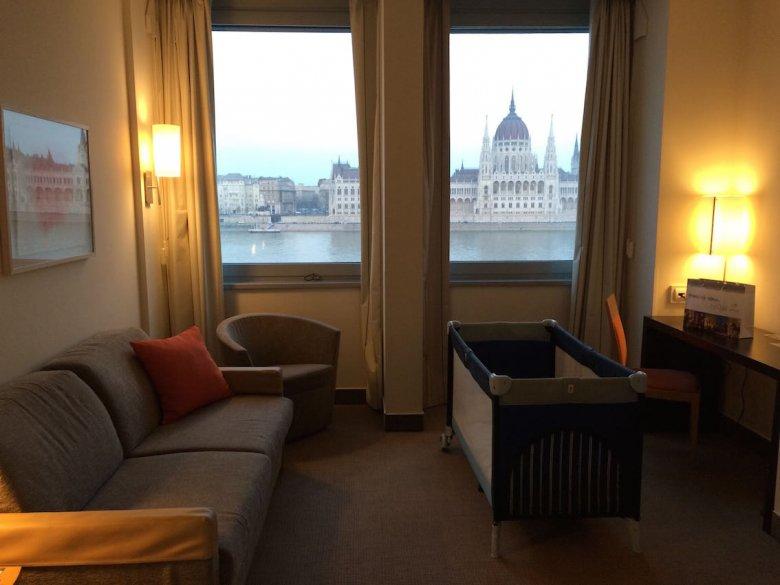 Widok na gmach parlamentu z naszego pokoju w hotelu Novotel Danube.