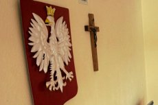 25 tys. za szykany po zdjęciu krzyża. Takiej kwoty domaga siębyła nauczycielka szkoły w Krapkowicach.