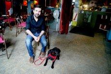 Tytus Hołdys i jego pies Elvis w klubokawiarni Chwila