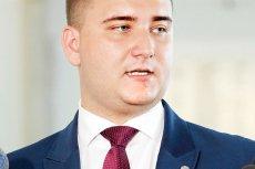 """Bartłomiej Misiewicz ma zostać gwiazdą Telewizji Republika. Stacja uznała, że ma on """"duży potencjał medialny i gruntowną wiedzę na temat zagadnień związanych z bezpieczeństwem i obronnością""""."""