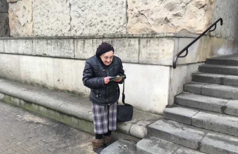 Maria ma 83 lata, ulotki roznosi od 12 lat.