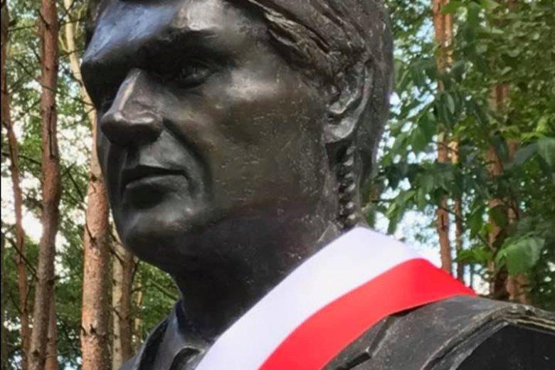 W Ossowie odsłonięto popiersie Pawła Janeczka, oficera BOR, który zginął w katastrofie smoleńskiej i męża dziennikarki Joanny Racewicz.