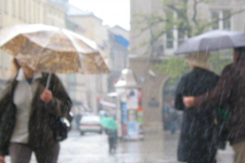 Podczas majówki w niektórych regionach będzie padał deszcz.