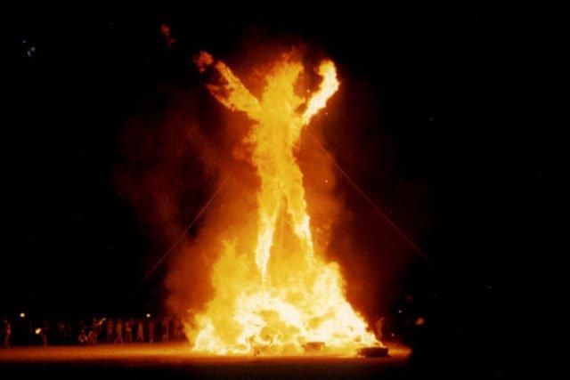 Zdjęcie płonącej kuły z ostatniego dnia festiwalu