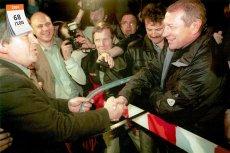 1 maja 2004 roku Polska stała się pełnoprawnym członkiem Unii Europejskiej. Na zdjęciu przepiłowanie szlabanu między Słowacją a Polską na przejściu granicznym w noc akcesji naszego kraju do UE