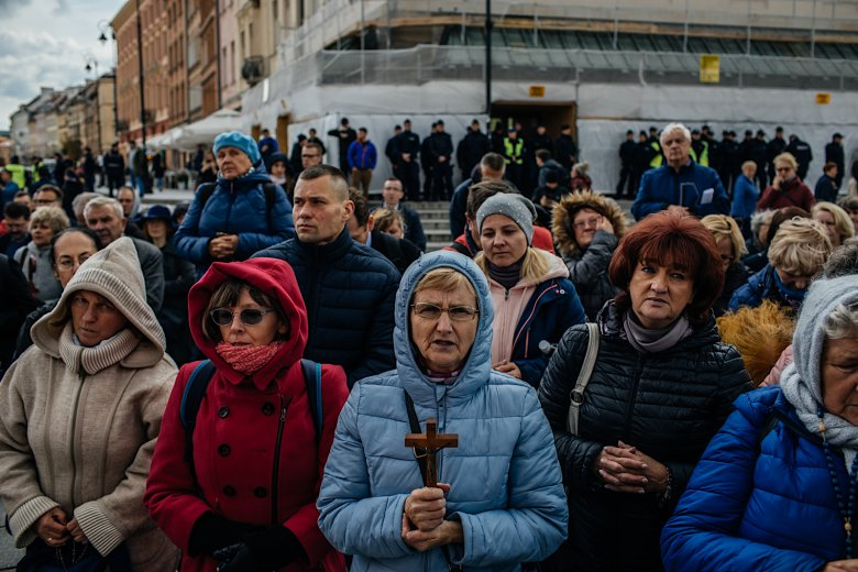 """""""O naszą wiarę chcemy walczyć różańcem, a nie kamieniami"""" – uzasadniali uczestnicy."""