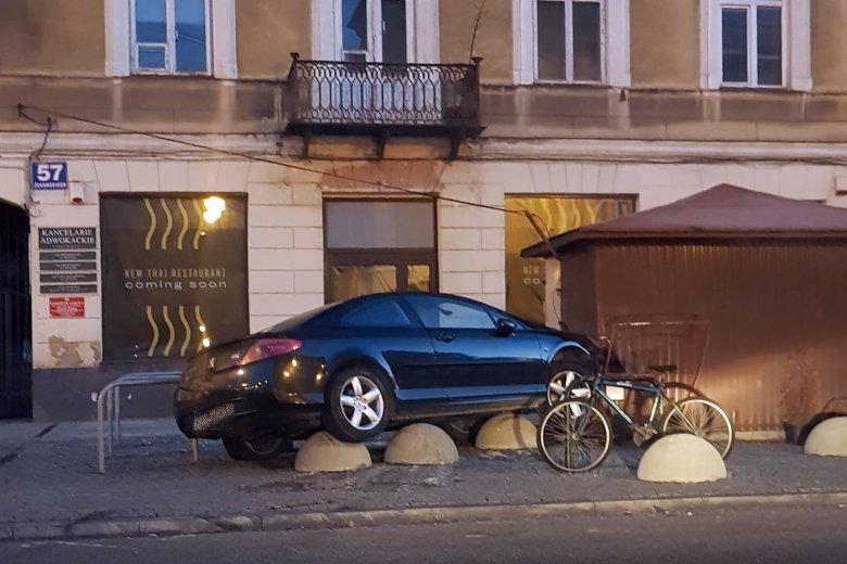W Radomiu kierowca wjechał w betonowe zapory i uciekł, pozostawiając samochód.