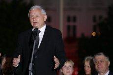 """Jarosław Kaczyński podczas 88. miesięcznicy smoleńskiej. Amerykańska edycja """"Newsweeka"""" podsumowała rządy PiS krytyczną analizą."""
