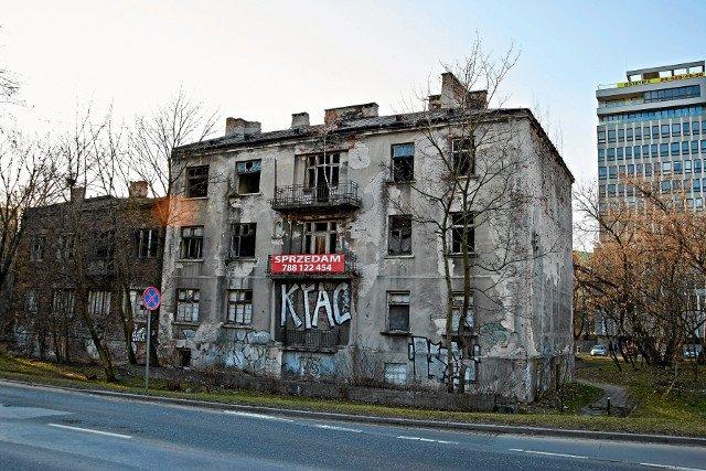 W Warszawie stoi wiele pustostanów.