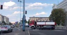"""""""Nawet strażacy zaangażowani w przygotowanie miesięcznicy smoleńskiej! Barierki jadą na Krakowskie Przedmieście"""" - napisał na Twitterze Patryk Michalski, reporter RMF FM."""