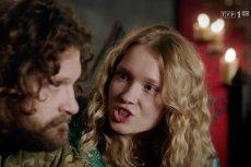 """W 3. odcinku """"Korony Królów"""" Aldona wdaje sięw sprzeczkę z bratem. Ale najśmieszniejsze są inne sceny."""