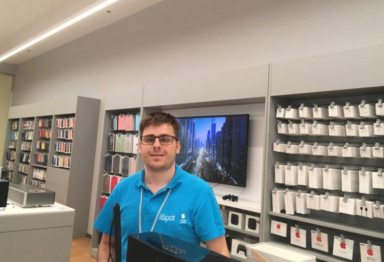Niewidomy Rok od roku pracuje w jednym ze sklepów w Arkadii. Klienci bardzo go chwalą.
