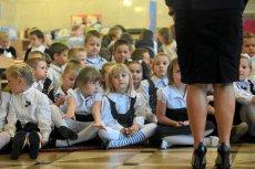 Uroczystość pasowania sześciolatków. Zdjęcie jest tylko ilustracjądo tekstu.