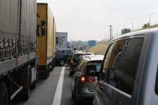 Poważne utrudnienia na A2 po tym, jak na drogę przewróciła się ciężarówka przewożąca płynną czekoladę.