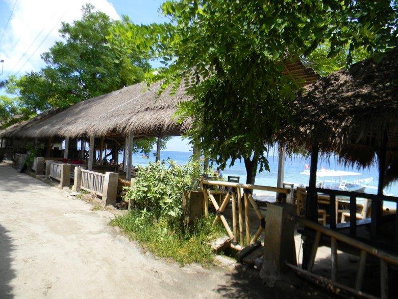 Restauracje na plażach Gili Air, z widokiem na morze balijskie.