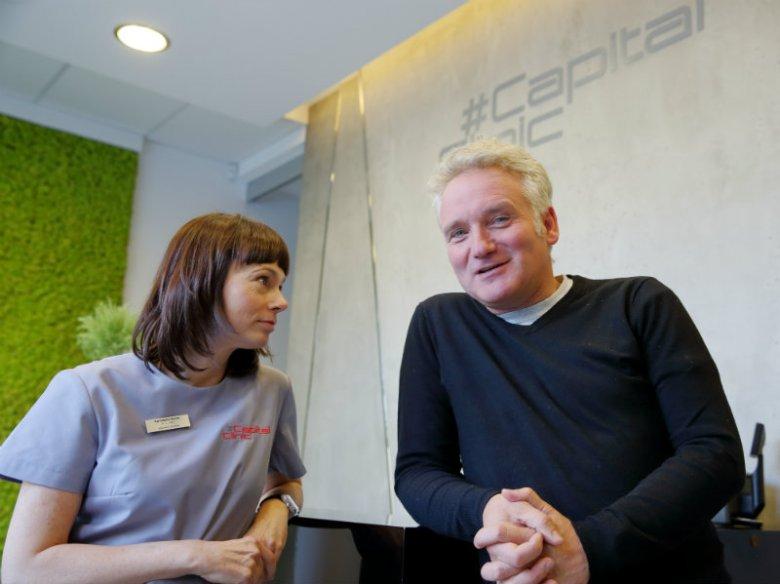 Dr n. med. Agnieszka Nęcka - współwłaścicielka kliniki Capital Clinic i Jarosław Kret - dziennikarz, prywatnie - pacjent z mocnym postanowieniem poprawy kondycji swojego zgryzu