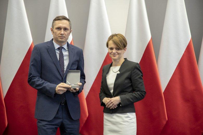 """Prezes grupy OKNOPLAST odebrał """"Medal 100-lecia Odzyskania Niepodległości""""."""