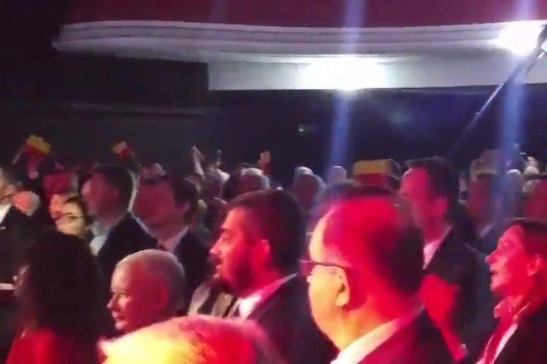 Jarosław Kaczyński musiał czuć się mocno zdezorientowany na koncercie HCR.