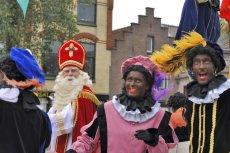 Co roku odbywa się parada, w której bierze udział mężczyzna przebrany za Mikołaja i grupa pomalowanych na czarno pomocników.
