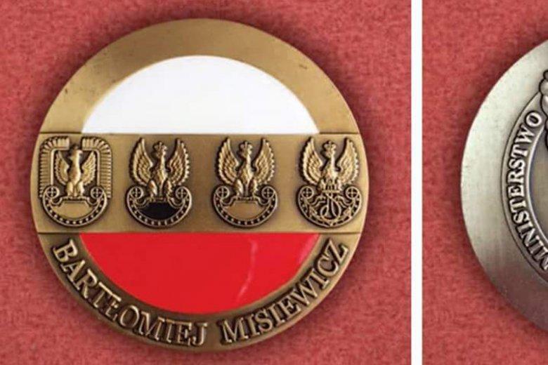 """Andrzej Rozenek, dziennikarz """"Nie"""" (wcześniej poseł Ruchu Palikota), pokazał na Twitterze """"medal"""" Misiewicza."""