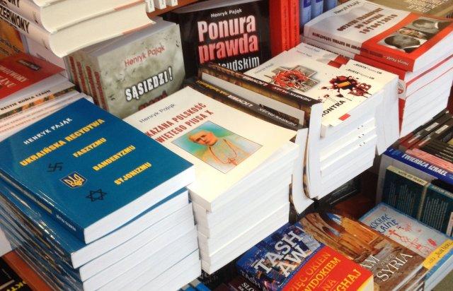 Książki Pająka to pełne nienawiści i pogardy pseudonaukowe gnioty. Dlaczego można je kupić na Marszałkowskiej w Warszawie?