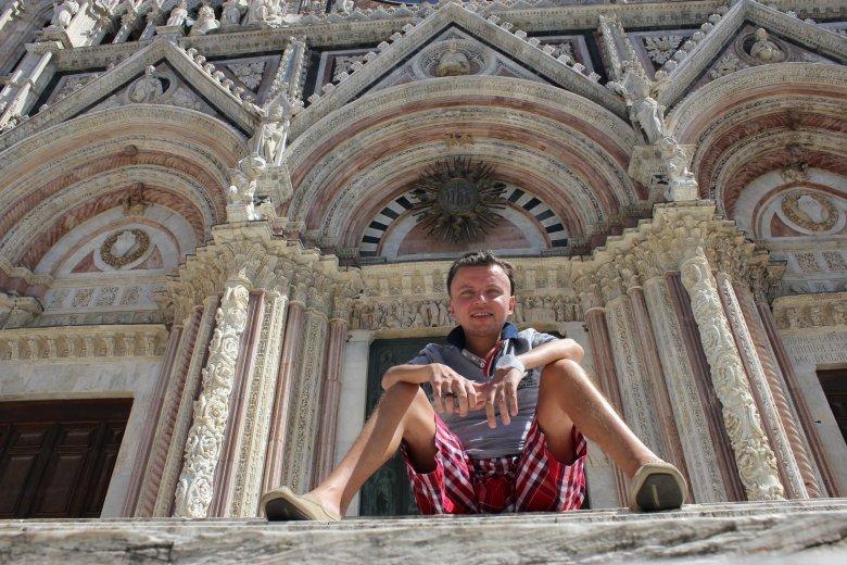 Autor przed wejściem do katedry w Sienie