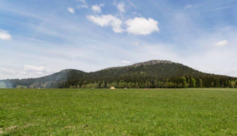 Szczeliniec Wielki nie należy do najwyższych wzniesień, ale nadrabia okolicznym krajobrazem