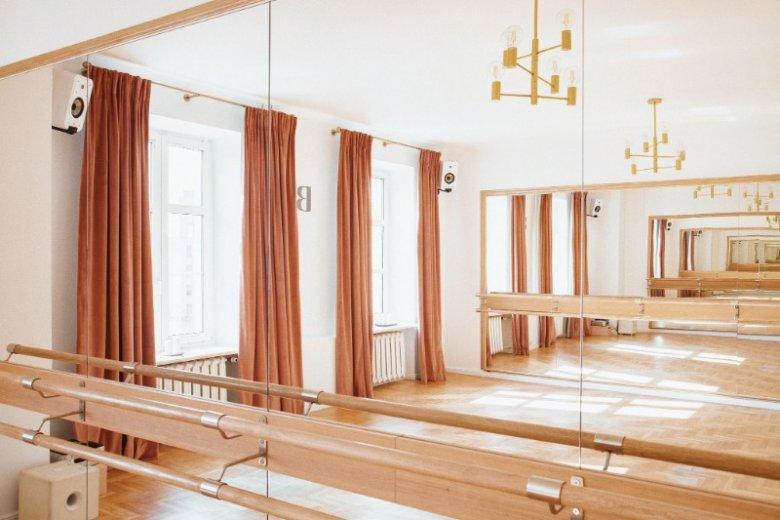 We wnętrzach warszawskiego studia jest bardzo dziewczęco