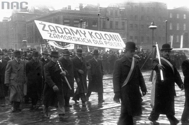 Przedstawiciele Ligi Morskiej i Kolonialnej niosący transparent podczas pochodu. Lata 30. XX wieku.