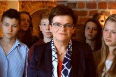 """Minister edukacji Krystyna Szumilas dziękuje """"całemu środowisku szkolnemu"""". Otaczają ją gimnazjaliści"""
