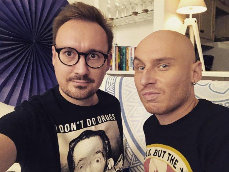 Mariusz Kozak komentuje programy telewizyjne wraz z Jackiem Szawiołą