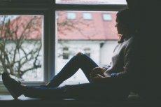 Depresja sezonowa objawia się m.in. apatią, sennością, zmęczeniem i zwiększeniem apetytu. Jak skutecznie ją leczyć?