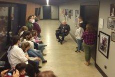 Lech Wałęsa spotkał się z uczniami na korytarzu.