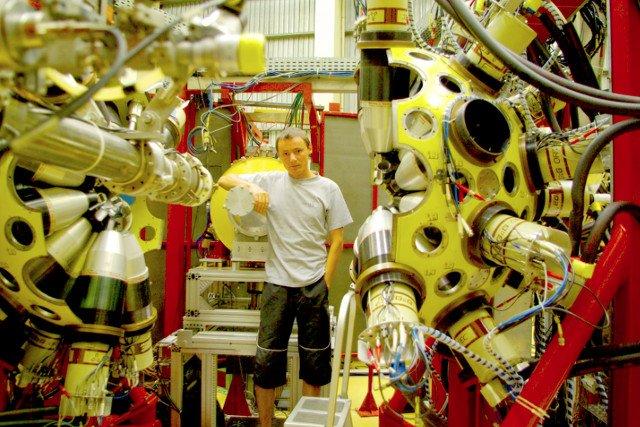 Ernest Grodner, utalentowany fizyk, który ma stracić pracę na UW, ponieważ nie napisał artykułu naukowego. Był zajęty prawdziwą nauką.