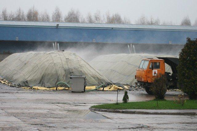 Plandeki w kompostowni nie są w stanie zatrzymać nieprzyjemnego zapachu.