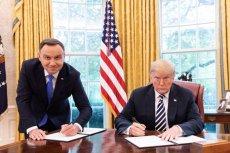 To zdjęcie prezydentów Polski i USA stało się hiterm internetu. Wszyscy zastanawiają się, dlaczego Andrzej Duda stoi podczas podpisywania deklaracji o współpracy Polski i USA.