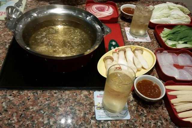W Tajlandii można zyć jeszcze taniej niż za połowę nauczycielskiej pensji, ale wymaga to gotowania w domu, albo żywienia się w fastfoodach.