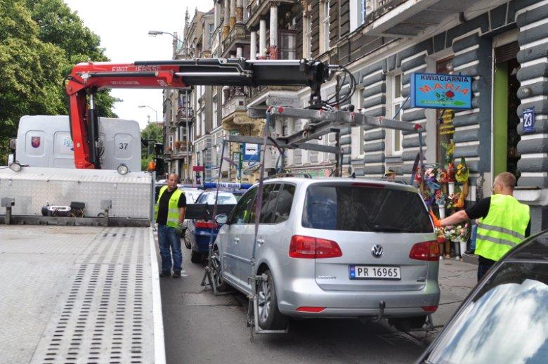 Strażmiejska odholowuje samochody na różne sposoby. Zdjęcie poglądowe.