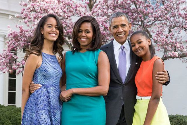 Malia Obama (1 z lewej) odbywa staż w wytwórni filmowej.