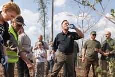 Prezydent wraz z żoną sadzili drzewa w okolicach Rytla. Dwa lata temu nawałnica dokonała tam wielkich zniszczeń, pod konarami drzew zginęły dwie harcerki.