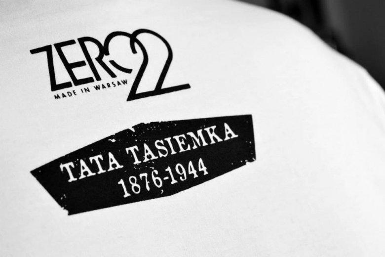 Fragment nadruku upamiętniającego Tatę Tasiemkę na koszulce.